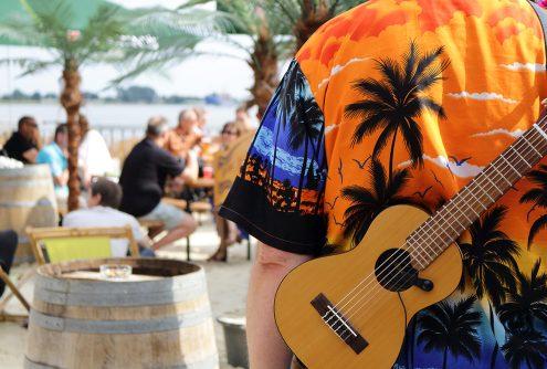 Mitglied des Ukulelen-Orchesters vor der Beachbar auf dem Festival Maritim in Vegesack